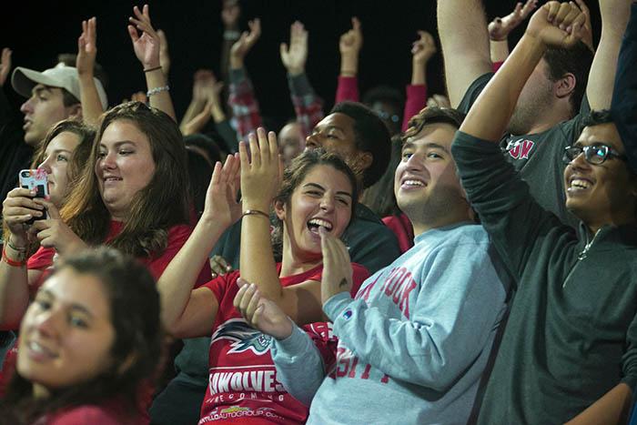 Students cheer at Homecoming
